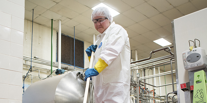 Ten-Things-to-Know-When-Selecting-Chemical-Resistant-Gloves_700x350